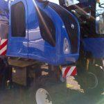 Capot bleu terminé sur machine agricole