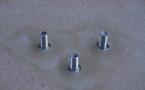 Inserts mâles intégrés pendant l'injection